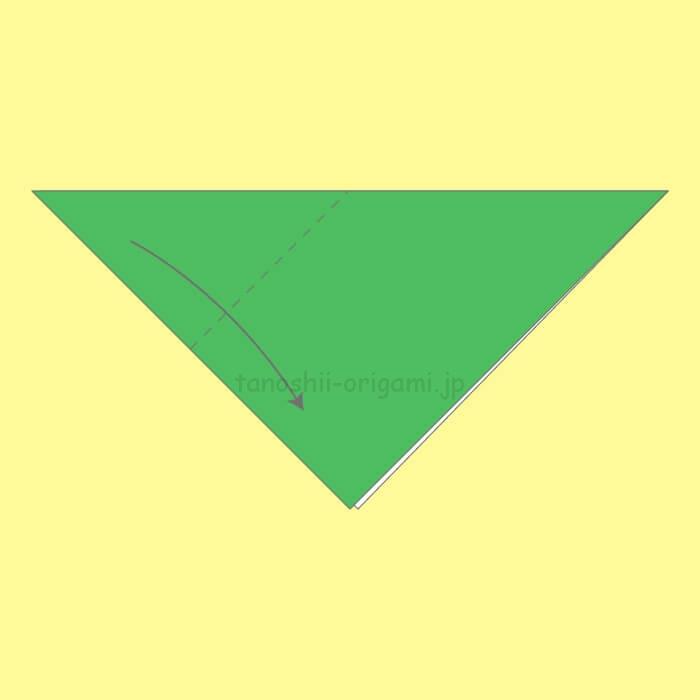 三角に折り、角と角を合わせるように斜めに折る