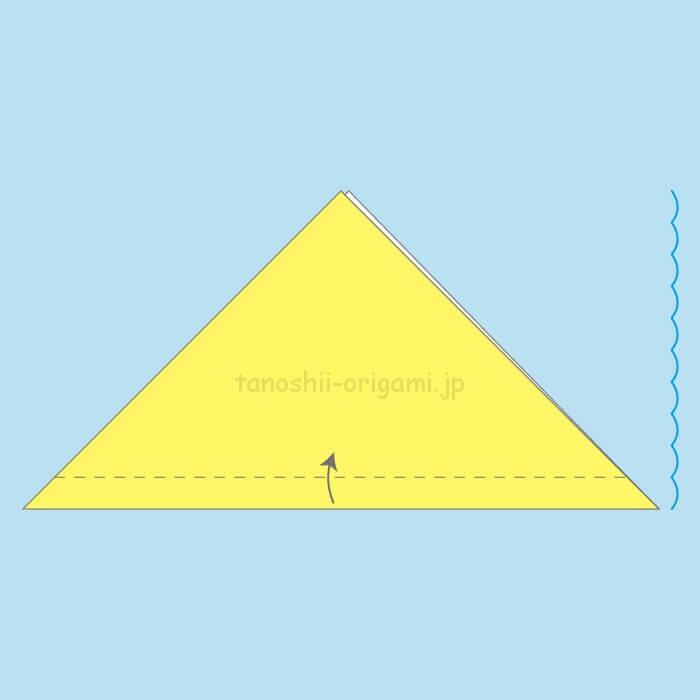 三角に折り、1-10くらいの幅で手前に折る