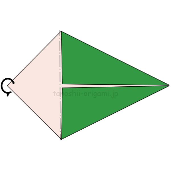 折り紙の両端を真ん中に合わせて折り、折っていない部分を後ろに折る