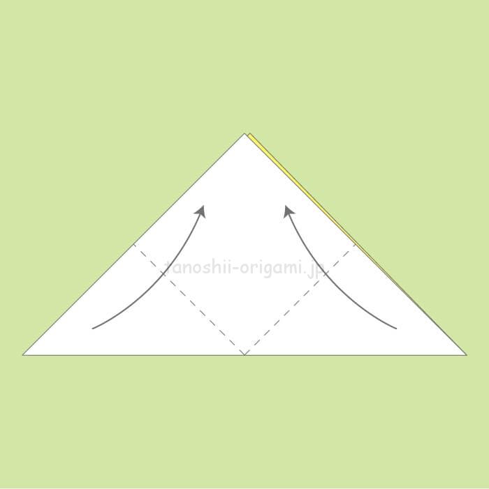 1_三角に折り、頂点を合わせるように上に折る