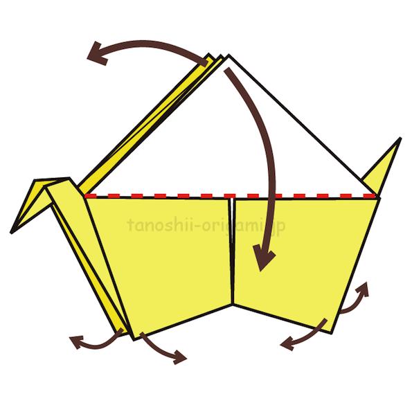 12.上の三角のところを下に向けて折り、下の角を小さく外側に折る