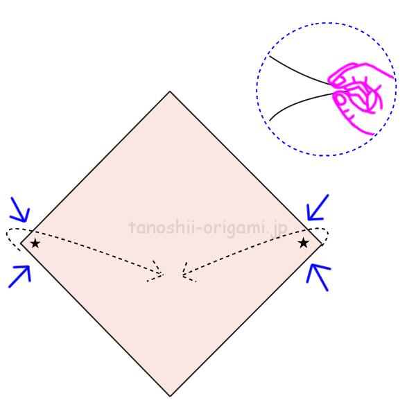 4.両側をつまんで折り線に合わせて折る