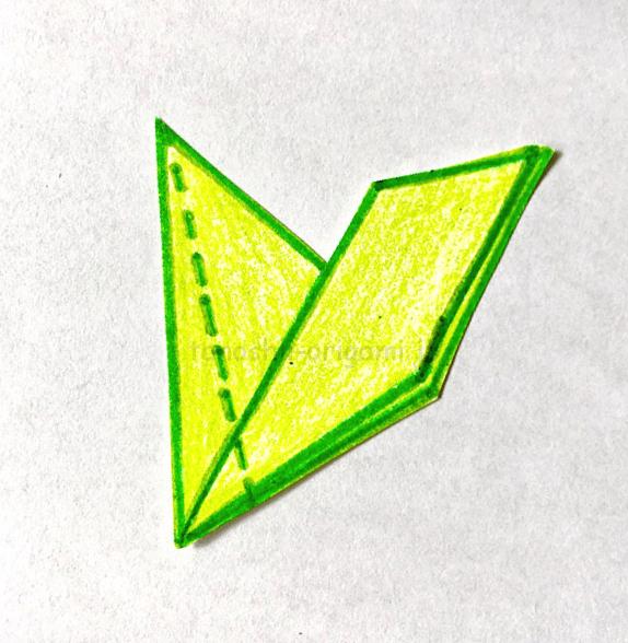 6.点線部分で折る。反対側も同じように折る。