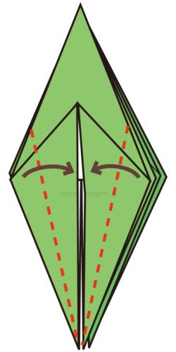 13.両端を真ん中に合わせて折る