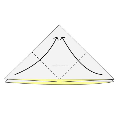 7.両端の角をてっぺんと重なるように合わせて折る