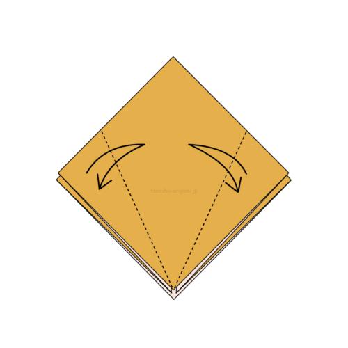 7.両端を真ん中に合わせて折り線をつける