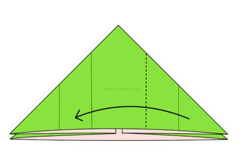 8.右側の1つの折り線に合わせて左側に向けて折る