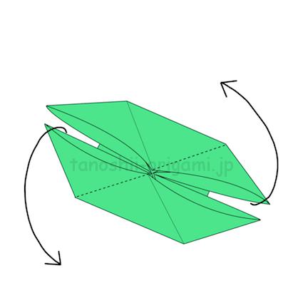12.潰して平らにしたら対角の2枚を違う方向に折る