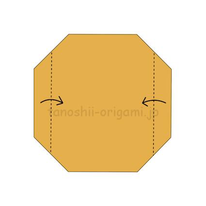 2.折り紙を裏返して、両端から1つ目の折り線に合わせて折る。