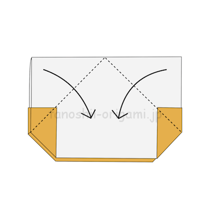 4.両側の角を合わせるように折る。