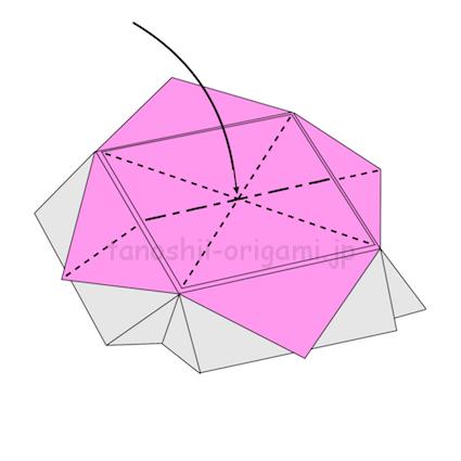 8.中心を下に凹ませるように折りながら、折り線に合わせてたたむ (2)