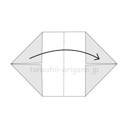 3.横に半分に折る。