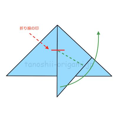 10.下を向いている角を折り線の印のところに合わせて斜めに折る。