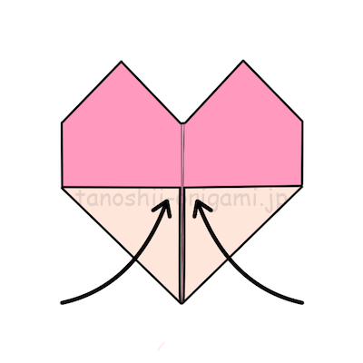 11.はみ出ている所の角を真ん中に合わせて折ります。