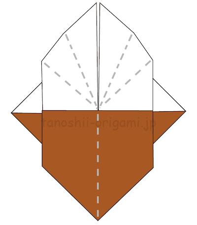 14.折り線を頼りに、三角の部分を中に入れて折る。