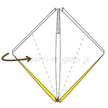17.点線のように左右に折り線をつける。