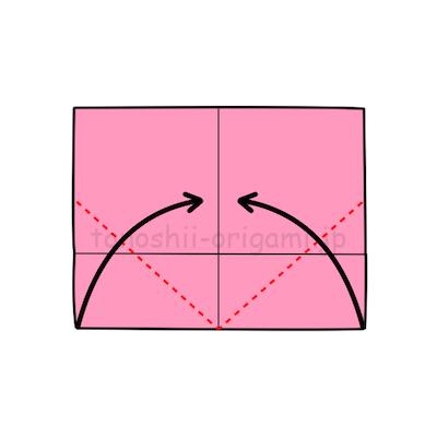 3.下の両端の角を真ん中の線に合わせて折る。