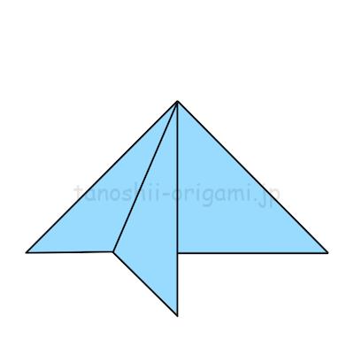 4.中心に合わせて左側の1枚を下に向けて折る。