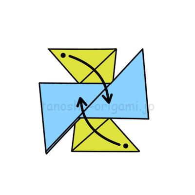 8.黒い点の部分を上の折り紙の中に差し込む。
