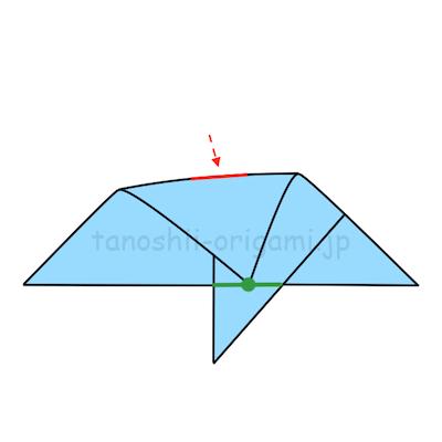 9.上の角を下の線に合わせて、真ん中に軽く折り線をつける。