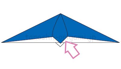 13.立ち上がったところを折り線を頼りにつぶすように折る。