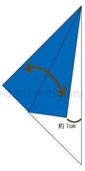 3.三角に折った角を谷折りして折り線をつける。この時、中心の線から1cmほど離して折る。