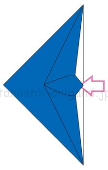 7.立ち上がったところを折り線を頼りにつぶすように折る。