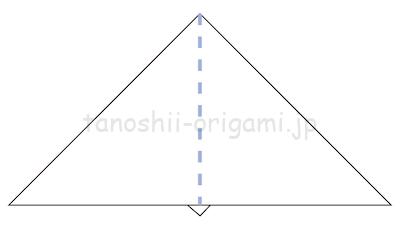 8.折り紙を裏返す。中央に折り線がある状態です。