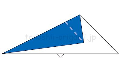 9.また三角に折った角を谷折りして折り線をつける。この時、中心の線から1cmほど離して折る。